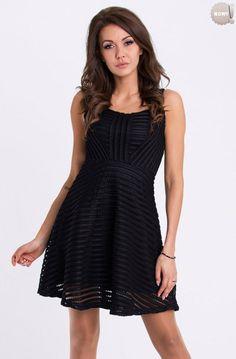 Elegancka sukienka z rozkloszowanym dołem, nadająca się na różne okazje. #sukienka #dzienna #kobieta #moda #trendy #czerń