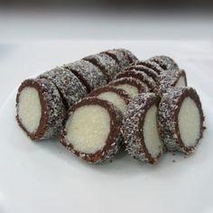 """Этот кокосовый десерт готовится на основе печенья с добавлением какао и сгущенки. Рулет не надо выпекать, а это значит что вы потратите совсем немного времени на приготовление кокосового лакомства. Колбаска """"Раффаэлло"""" обладает насыщенным кокосовым вкусом, поэтому она настоящая находка для всех любителей десертов с экзотическим орехом! (Из этого количества ингредиентов получится рулет весом 1.400 кг) Ингредиенты: – 400 гр печенья; – 400 гр сгущенного молока; – 200 гр кокосовой стружки; – 100…"""