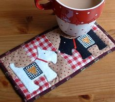 This Scottie dog mug rug is quick to piece with full size applique sheet. Suitable as a gift for a man or woman - just add a mug, some drinking chocolate sachets and this gift is ready to go #sewing #applique #embroidery