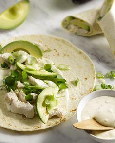 Een heerlijk lichte lunch, deze wraps met kip, avocado en een lekkere zure roomdressing.
