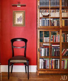 Фрагмент холла. Книжные шкафы спроектированы назаказ. Стул, Seven Sedie, обтянутый тканью Dedar.