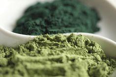 Cette micro-algue, vieille de plus de 3 milliards d'années, revient depuis peu sur le devant de la scène du bien-être et de la santé. Vantée comme un véritable aliment miracle par certains médecins, naturopathes et professionnels de la beauté, qu'en est-il vraiment ? On fait le point sur ses bienfaits et son utilisation, avec l'aide de nos experts.