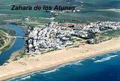 Al sur de la provincia de Cádiz y situada en un llano junto al mar, Zahara de los Atunes se encuentra rodeada por una serie de colinas pertenecientes a la Sierra del Retín y a la Sierra de la Plata.