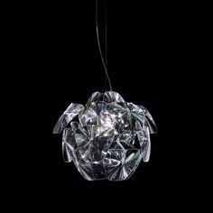 Superleicht und zerlegbar: Hope nimmt Bezug auf traditionelle Lampenformen, interpretiert diese aber neu, mit hoch entwickelten neuen Technologien und zeitgemäßen Materialien.   Eine Reihe dünner Fresnel-Linsen aus Polykarbonat...