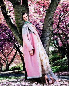 "6,157 mentions J'aime, 47 commentaires - VOGUE JAPAN (@voguejapan) sur Instagram: ""「花は神がこの世に与えた、女性の次にもっとも美しいもの」。クリスチャン・ディオール氏はかつてこう口にした。『VOGUE…"""