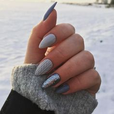 The advantage of the gel is that it allows you to enjoy your French manicure for a long time. There are four different ways to make a French manicure on gel nails. Xmas Nails, New Year's Nails, Christmas Nails, Fun Nails, Prom Nails, Wedding Nails, Wedding Makeup, Sparkle Nails, Sparkle Wedding