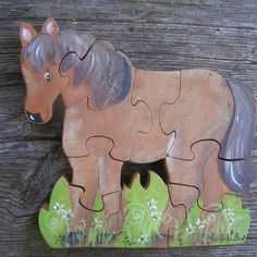 Puzzle animaux: cheval marron  en bois local ,d'aulne découpé à la scie à  chantourner