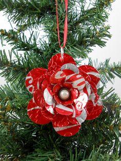 Flower Christmas Ornament - Recycled Soda Pop Can Art - Soda Can Flowers, Tin Flowers, Coca Cola Christmas, Christmas Crafts, Christmas Ornaments, Christmas Tree, Pop Can Art, Pop Can Crafts, Coca Cola Decor