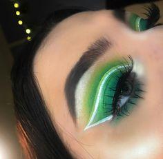 green eyeshadow with white eyeliner cut crease grüner Lidschatten mit weißer Lidfalte Green Eyeshadow Look, Eye Makeup Cut Crease, Glitter Eyeshadow Palette, Blending Eyeshadow, Green Makeup, Eyeshadow Looks, Eyeshadow Brands, Sparkly Eyeshadow, Eyes