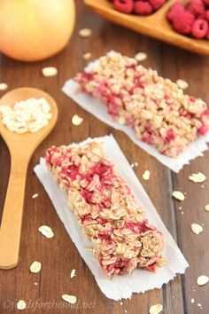An easy recipe for healthy Chewy Raspberry Apple Granola Bars! Only 100 calories & clean-eating friendly! I swapped Coconut Milk for the Cows Milk. Healthy Treats, Healthy Baking, Easy Healthy Recipes, Healthy Desserts, Easy Meals, Nutella, Chewy Granola Bars, Yummy Food, Tasty