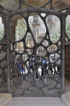 Gaudi Art Nouveau door Barcelona via Just Sparkles 427176_495465400511665_2133406520_n.jpg (330×500)