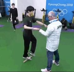 is that Mikhail? In the background? Yuzuru Hanyu Pooh, Figure Skating Moves, Japanese Figure Skater, Shoma Uno, Ice Skaters, Olympic Champion, Strength Workout, Light Of My Life, Winter Olympics