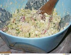 Uvařené brambory protlačíme přes kovové sítko do mísy, přidáme nakrájený pórek, ředvičky, vajíčka a nadrobno nakrájenou jarní cibulku. Promícháme...