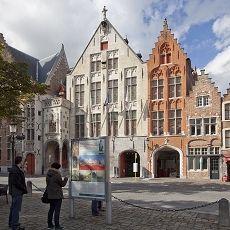 Jan van eyckplein & huis brody neuenschwander  - casa den rynck y de patience . hay murales goticos y es parte del Heritage Walk