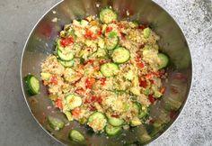 Quinoa-Salat mit Gurke, Tomaten, Avocado und Oliven