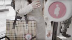 Corée du sud : un dispositif pour femme enceinte dans le métro Diaper Bag, Parents, Gadgets, Tote Bag, Pregnant Wife, Tips And Tricks, Appliances, Fathers, Diaper Bags