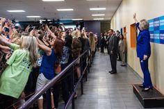 De+costas+para+Hillary+Clinton+-+foto+mostra+os+estranhos+tempos+em+que+vivemos+-+Blue+Bus