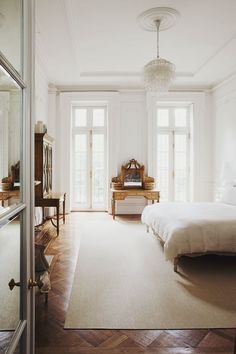 Love the windows and all that natural light. I feel like this room is in Paris