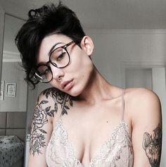 Are you looking for an androgynous haircut that walks the line between soft and masculine? Our list of lesbian haircuts is serving some serious modern edge. Pixie Hairstyles, Pixie Haircut, Cool Hairstyles, Hair Inspo, Hair Inspiration, Androgynous Haircut, Androgynous Makeup, Pelo Pixie, Curly Pixie