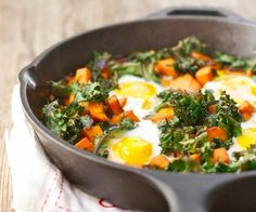 A Calculated Whisk: Sweet Potato & Crispy Kale Breakfast Skillet👍 Kale Recipes, Brunch Recipes, Real Food Recipes, Healthy Recipes, Brunch Ideas, Healthy Options, Breakfast Skillet, Paleo Breakfast, Breakfast Recipes