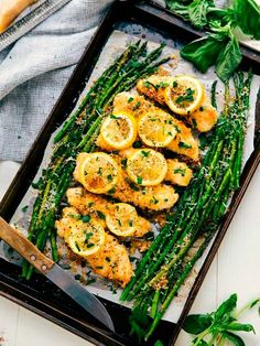 Consider dinner sorted: These sheet pan chicken dishes are equally easy and tasty. Garlic Recipes, Best Chicken Recipes, Curry Recipes, Crockpot Recipes, Recipe Chicken, Chicken Asparagus, Asparagus Recipe, Grilled Asparagus, Lemon Asparagus