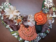 Collar babero realizado con diversos materiales textiles, en una bonita combinación de colores