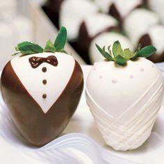 pareja de novios elaborado de fresas con chocolate amargo y chocolate blanco