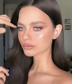 Find out about eye makeup looks Natural Glam Makeup, Neutral Makeup, Glowy Makeup, Glowy Skin, Highlighter Makeup, Beauty Make-up, Beauty Hacks, Hair Beauty, Beauty Desk