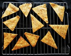 A tasty low-carb snack, low-carb doritos. This recipe is a spicy and low-carbohydrate variant of the normal doritos chips. Almond Recipes, Low Carb Recipes, Real Food Recipes, Paleo Recipes, Keto Snacks, Healthy Snacks, Crispy Chips, Low Carb Chili, Go For It