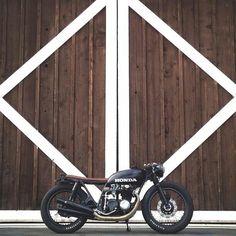 Bobber Inspiration - Bobbers and Custom Motorcycles Motos Vintage, Vintage Motorcycles, Custom Motorcycles, Custom Bikes, Custom Cars, Yamaha Cafe Racer, Honda Motorbikes, Honda Cb750, Bobber