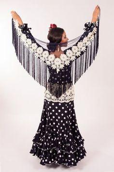 Add flowers to shawl Flamenco Costume, Flamenco Skirt, Flamenco Dancers, Dance Costumes, Flamenco Dresses, Crochet Shawls And Wraps, Tribal Belly Dance, Ballroom Dress, Dance Fashion