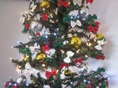 albero di natale in onore dei 150anni d italia realizzato con le farfalle dipinte tricolore