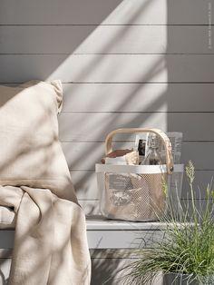 Vi flyttar ut på den inglasade verandan och dukar upp för en mysig stund i morgonsolen. Säsongens ljuvaste färgskala skapar du med de grå utemöblerna FALSTER som matchas med den nya mattan HODDE och inredningsdetaljer i pudrigt beige nyanser.