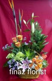Bunga Meja yang dirangkai secara natural, Toko Bunga Finaz, TOKO BUNGA MURAH merangkainya dengan bahan/bunga Stargeser, Mawar Orange, Hortensia, pisang-pisangan dan dedaunan pilihan sehingga terlihat natural dan bebas.
