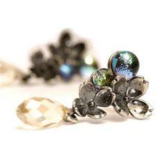 Die weiblichsten Ohrringe, die Sie sich vorstellen können. Die Kombination aus schimmerndem Glas und feinem Kristall wird Ihre Augen zum Funkeln bringen.