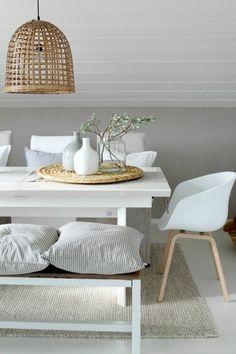 chaises contemporaines salle manger contemporaine avec tapis beige et meubles scandinaves