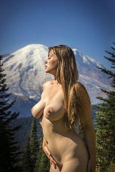 Nackte Frauen in den Bergen