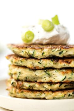 Zucchini Fritters made with egg and quinoa flour Healthy Foods To Eat, Healthy Eating, Healthy Snacks, Simple Snacks, Healthy Breakfasts, Healthy Dishes, Baby Food Recipes, Cooking Recipes, Vegetarian