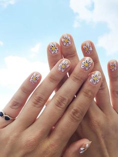 DIY Daisy Nail Art by Jessica Washick for Design*Sponge Loading. DIY Daisy Nail Art by Jessica Washick for Design*Sponge Diy Daisy Nails, Daisy Nail Art, Flower Nail Art, Diy Nails, Manicure Ideas, Art Flowers, Diy Manicure, Nail Nail, Yellow Flowers