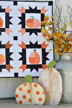 Favorite Sewing Projects Patchy Pumpkins Fall Quilt with Heat n Bond Lite - Therm O Web Halloween Quilt Patterns, Mini Quilt Patterns, Halloween Quilts, Halloween Runner, Halloween Sewing, Girl Halloween, Halloween Ideas, Rug Patterns, Halloween Table