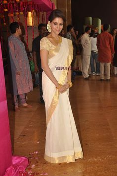 South Indian actress Asin at a wedding. I love her sari! Indian Attire, Indian Ethnic Wear, Indian Outfits, Indian Clothes, White Saree, Ethnic Sarees, Saree Look, Indian Celebrities, South Indian Actress