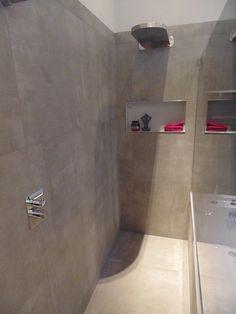 Ook in het douchegedeelte is de tegel met de uitstraling van beton op de vloer en tegen de wanden verwerkt