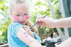 Wil jij een coole glittertattoo op je arm of een mooi geschminkt gezichtje? Ook dat is mogelijk in de Market Dome!