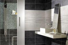 carrelage mural et mosaïque en noir et blanc dans la salle de bains