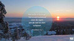 Als je in Lapland bent geweest in de diepe winter weet je hoe fijn het is om de zon weer te zien. Vanaf het moment dat ik daar kwam (de week voor kerst) tot halverwege januari was er namelijk geen zon te zien. Alsnog een prachtige periode met prachtig gekleurde luchten en gewoon bijzonder om dit eens mee te maken. Tijdens deze foto stonden we op het topje van de skiberg en vanaf hier zagen we voor de eerste keer sinds weken weer de zon net boven de horizon uitkomen. Wat een mooi moment was…