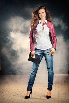 Jaqueta de couro bordada, Ref. 60171 Camisa Satin, Ref. 60191 Calça Jeans com rasgos e lixado, Ref. 56533