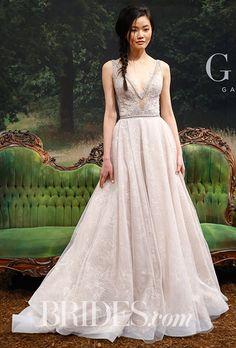 Galia Lahav ガリア・ラハヴのエレガントウエディングドレス。深いVネックラインとシルバーがかったホワイトが綺麗。#Wedding dress #Galia Lahav #ガリア・ラハヴ #ウエディングドレス