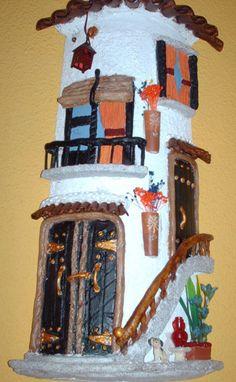 Las tejas decoradas han sido todo un éxito en LasManualidades, de eso no hay dudas. Y es que verdaderamente quedan preciosas. Por eso es que a continuación te mostramos tres ejemplos diferentes de cómo puedes decorar las tejas, enviados por Patricia, Antonio Martín y Pura Palacios. Y no te olvides que tú tambié Ceramic Clay, Ceramic Pottery, Diy And Crafts, Arts And Crafts, Tuile, Roof Tiles, Decorative Tile, Magical Creatures, Tile Art