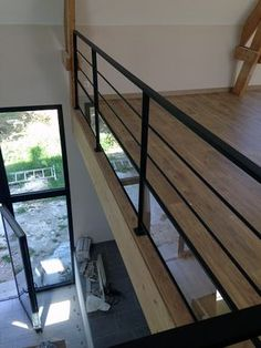 Balustrade en acier avec tige et verre Plus - house and flat decorations Home Stairs Design, House Design, Stair Handrail, Handrail Ideas, Balustrades, Industrial Stairs, Concrete Stairs, Floating Stairs, Beautiful Interior Design