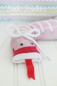 Easy kid craft, sock snakes! So cute & fun to make! Little supervision, endless possibilities! Fun for boys & girls!